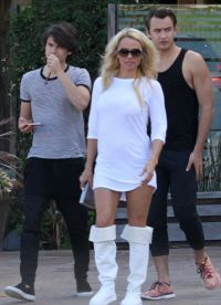 48-летняя актриса с 19-летним Брэндон и 18-летним Диланом
