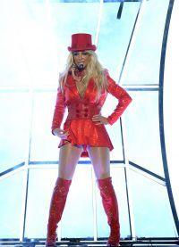 Эффектный костюм красное бикини, ботфорты и цилиндр