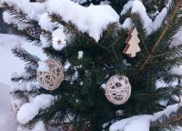 Чем украсить елку на улице своими руками2