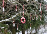 Чем украсить елку на улице своими руками4