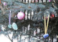 Чем украсить елку на улице своими руками6