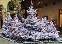 Чем украсить елку на улице своими руками8