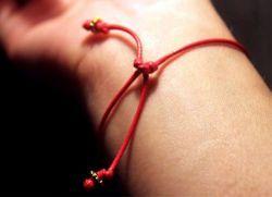 Что означает красная нитка на запястье?