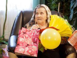 Что подарить бабушке на 75 лет