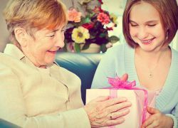 Что подарить бабушке на 85 лет