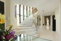 интерьер холла с лестницей 1