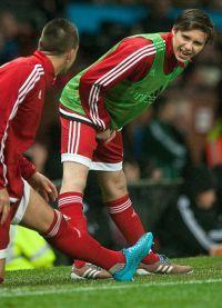 Юный футболист разминается под аплодисменты фанатов