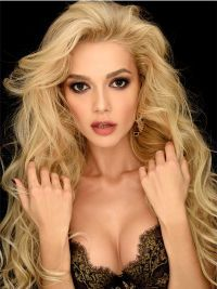Взгляд блондинки завораживает