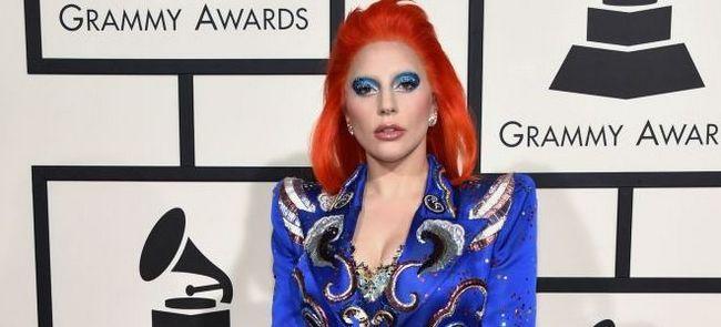 «Грэмми-2016»: Леди Гага посвятила Дэвиду Боуи яркий музыкальный перфоманс и тат
