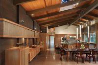 Дизайн кухни в деревянном доме 2