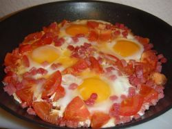 Яйца с помидорами