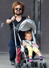 Питер Динклэйдж гуляет с дочерью