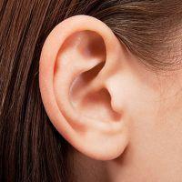 К чему чешется правое ухо?