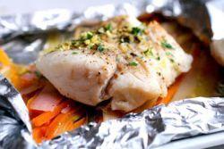 riba s povrćem u foliji u pećnici