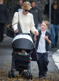 Кейт Бланшетт на прогулке с дочерью Эдит и младшим сыном Игнатиусом