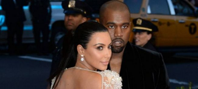 Kim Kardashian si Jessica Alba, la prezentarea de atribuire Webby Awards