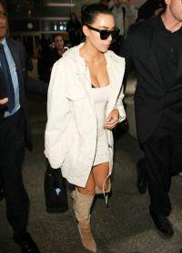 Kim Kardashian poartă cizme cu rochii scurte