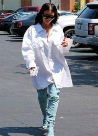 Kim Kardashian au ieșit în stradă în cizme în loc de pantaloni