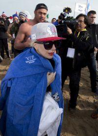 Гага замерзла и пыталась согреться