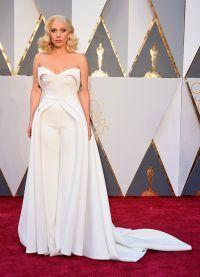 Леди Гага появилась на церемонии вручения премии Оскар в элегантном комбинезоне