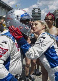 Леди Гага помогла Марио поправить шлем