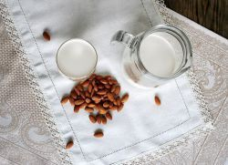 миндальное молоко польза