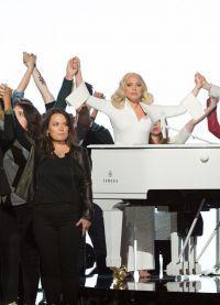 На сцене премии она спела песню Til It Happens To You, написанную для фильма «Зо