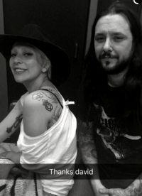 Популярная певица и тату-художник Дэвид Аллен, набивший рисунок