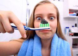 cum să albiți dinții cu cărbune activ