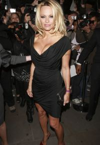 Памела Андерсон в черном платье