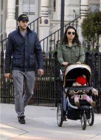 Мила Кунис и Эштон Катчер с малышкой дочкой
