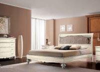 Сочетание бело-кофейных цветов в интерьере спальни -2