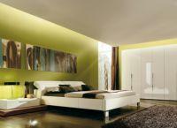 Сочетание белой мебели с яркой стеной в интерьере спальни -3