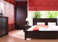 Сочетание темной мебели с гранатовыми стенами в интерьере спальни -3