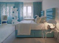 Сочетание сине-белых цветов в интерьере спальни -1