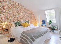 Сочетание белой мебели с яркой стеной в интерьере спальни -1