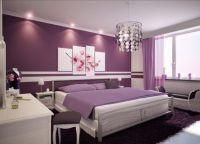 Сочетание белой мебели с яркой стеной в интерьере спальни -2
