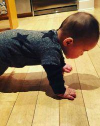 Малыш почти готов сделать свои первые шаги