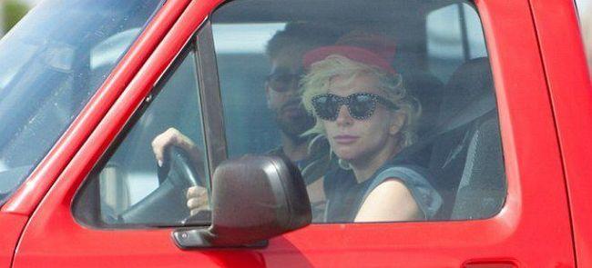 У Леди Гаги могут отобрать права из-за отсутствия номеров на машине