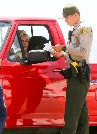 Полицейскому не понятно почему на машине нет номерных знаков