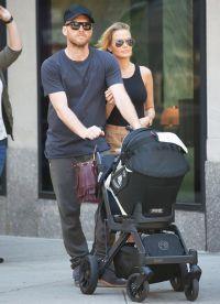 Лара Бингл и Сэм Уортингтон на прогулке с сыном