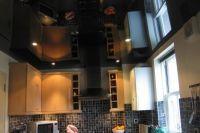 Черный глянцевый натяжной потолок 1