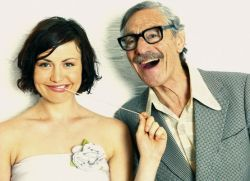 Взрослый мужчина и молодая девушка