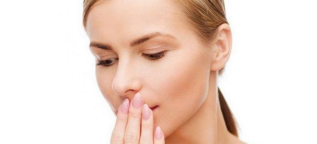 Запах кала изо рта – причины и лечение