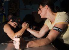 ruka hrvanje žene