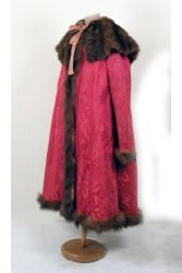 Женское пальто с пелериной