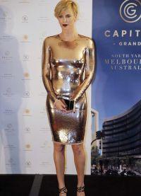 Актриса в облегающем платье полностью расшитом золотыми блестками