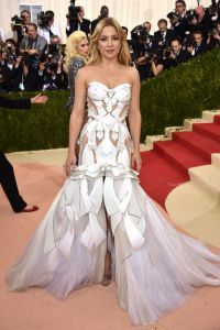 Кейт Хадсон в фееричном Versace