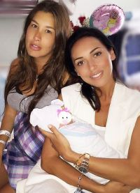 Кети Топурия с новорожденным сыном и подругой Алсу