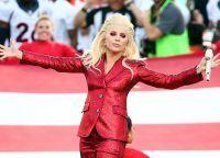 Cântăreața a apărut în fața publicului într-un costum roșu strălucitor